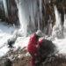 膳棚 巨大な氷柱を見上げる